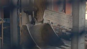 High-rise de bouwers werken in een opgeschorte wieg aan een voorgevel van de bouw Close-up stock footage