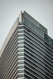 High-rise de bouwvoorgevel met glasans staal dichtbij de tweelingtorens van Petronas in Kuala Lumpur, Maleisië stock fotografie