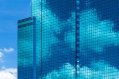 High-rise de glasbouw met hemel en wolkenbezinning Stock Fotografie