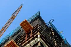 high-rise de kraan voorziet materiaal aan een high-rise Bouwconstructieplaats van twee kranen Royalty-vrije Stock Foto