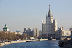 High-rise die op de Kotelnicheskaya-Dijk, Moskou voortbouwen Stock Foto's