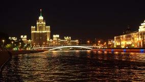 High-rise die op dijk Kotelnicheskaya in Moskou, Rusland voortbouwt stock videobeelden
