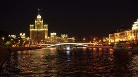 High-rise die op dijk Kotelnicheskaya in Moskou, Rusland voortbouwt stock video