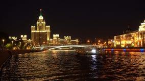 High-rise die op dijk Kotelnicheskaya in Moskou, Rusland voortbouwt stock footage