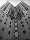 High-rise flat met meerdere verdiepingen met driehoeken in de hemel royalty-vrije stock afbeeldingen