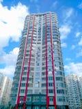 High-rise gebouwen en de woordtechnologie op de wolken royalty-vrije stock fotografie