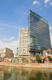 High-rise gebouwen, het Kanaal van Donau wenen oostenrijk Stock Foto's