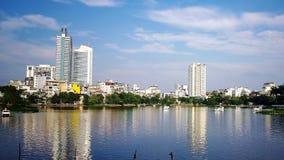 High-rise gebouwen langs het meer royalty-vrije stock afbeelding