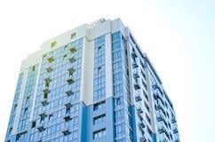 High-rise huis op de blauwe hemelachtergrond Stock Foto