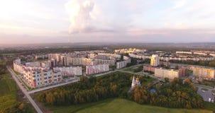 High-rise huizen en gebieden bij zonsondergang stock footage