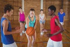 A High School caçoa aproximadamente para começar jogar o basquetebol Imagem de Stock