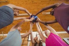 A High School caçoa manter o basquetebol unido na corte Imagem de Stock Royalty Free