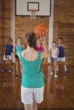 A High School caçoa o jogo do basquetebol na corte Imagens de Stock
