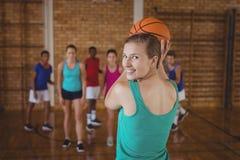 A High School caçoa o jogo do basquetebol na corte Fotografia de Stock