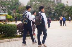 A High School começou às férias do inverno, estudantes fora da sala de aula, saindo do terreno Fotos de Stock