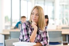 High School - estudante fêmea pensativo Imagens de Stock
