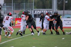 High School Fußballspielerblockieren lizenzfreies stockfoto