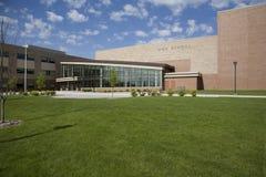 High School moderna com céu azul e nuvens imagem de stock