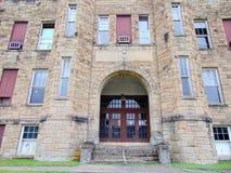 High School secundaria abandonada Imagen de archivo libre de regalías