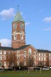 High School secundaria con el clocktower Imagen de archivo libre de regalías
