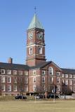 High School secundaria con el clocktower Fotos de archivo