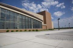 High School secundaria moderna con el cielo azul y las nubes Imagen de archivo libre de regalías
