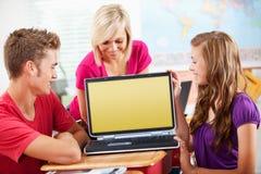 High School: Sguardo di anni dell'adolescenza allo schermo in bianco Fotografia Stock
