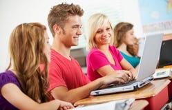 High School: Studenti teenager che utilizzano i computer portatili nella classe Fotografia Stock Libera da Diritti