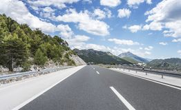 High-speed country road among the mountains. Royalty Free Stock Photos
