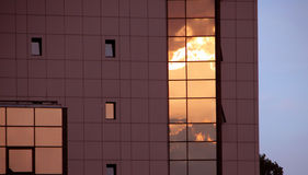 High-tech de bouw bij zonsondergang Stock Foto's