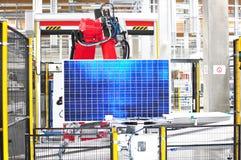 High-tech fabriek - productie van zonnecellen - machines en binnenland stock foto's