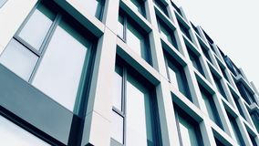 High-Teches Geschäftszentrum Panoramische Fenster des modernen Bürogebäudes, niedriger Winkel Lizenzfreies Stockbild