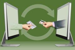 High-Teches Konzept, zwei Hände von den Laptops Hand mit Bargeld und Hand mit Kreditkarte Abbildung Lizenzfreie Stockbilder