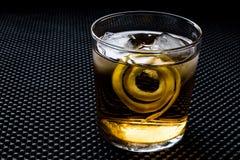 Highball-Cocktail mit Zitronenschale und -eis lizenzfreie stockfotografie