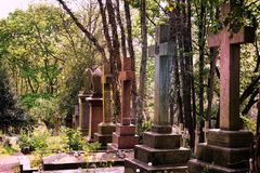 HIGHGATE LONDON, UK - mars 12, 2016: Gravar i den östliga kyrkogården av den Highgate kyrkogården Arkivfoto
