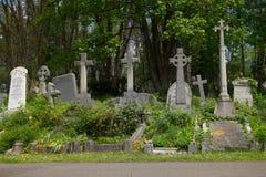 HIGHGATE, LONDRES, R-U - 12 mars 2016 : Tombes dans le cimetière est du cimetière de Highgate Image libre de droits