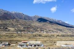 Highland Village av Jiuzhaigouen, Sichuan, Kina Royaltyfria Bilder