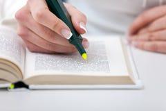 Highlighter και βιβλίο Στοκ φωτογραφία με δικαίωμα ελεύθερης χρήσης
