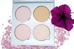 Highlighter is een verschillende toon van de huid voor het toepassen van make-up, conceptenschoonheidsmiddelen Stock Foto