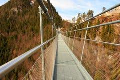 Highline 179最长的406米在世界的索桥在阿尔卑斯山 奥地利蒂罗尔 免版税库存照片