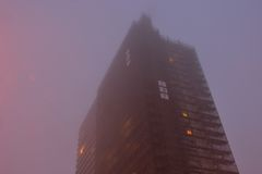 Highrise, appartementblock in the mist Stock Photography