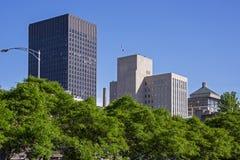 Highrise Bürogebäude konfrontiert durch Bäume lizenzfreie stockfotografie