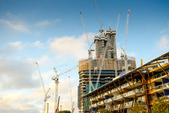 Highrise-Baustelle mit bewölktem blauem Himmel Stockfotografie