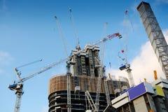 Highrise-Baustelle mit bewölktem blauem Himmel Stockbild