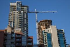 Highrise budynków budowy żurawia niebieskie niebo Obraz Royalty Free