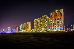 Highrise hotele na graniczący z oceanem przy nocą, w Virginia plaży, V Zdjęcia Royalty Free