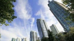 Highrise-Kondominium-Gebäude in im Stadtzentrum gelegenem Vancouver BC Kanada mit bewegenden weißen Wolken und blauer Himmel-Zeits stock footage