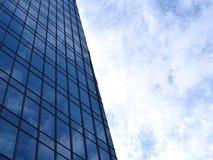 Highrise moderno con la superficie di vetro dello specchio, vista di prospettiva Immagini Stock Libere da Diritti