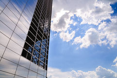 Highrisebyggnad och blå himmel Royaltyfri Fotografi