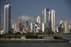 Highrises de Panamá City et drapeau panaméen de Casco Vieja photographie stock